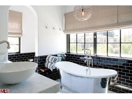 حمام باللون الابيض و الاسود