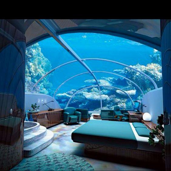 غرفة نوم جدرانها حوض سمك