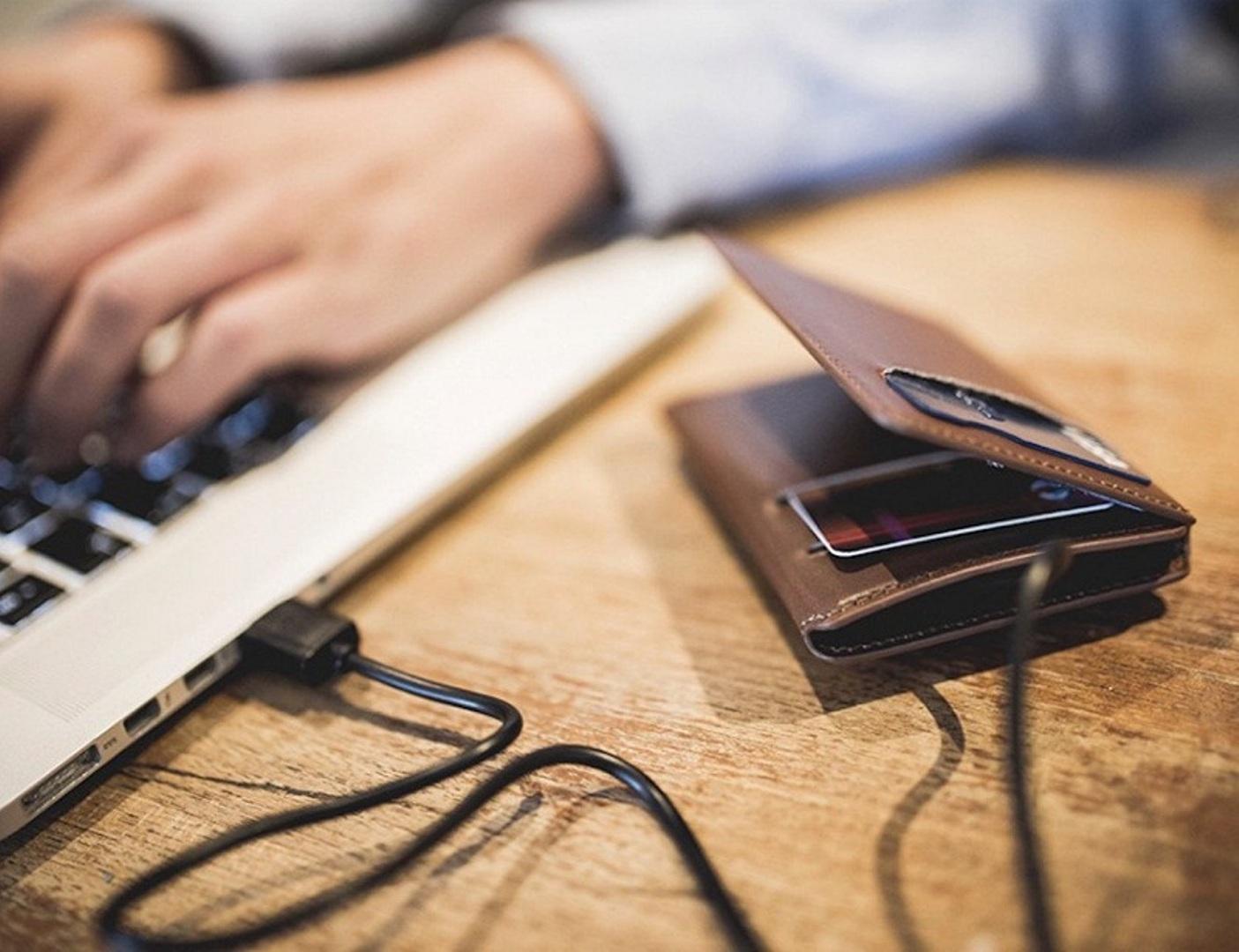 محفظة قادرة على شحن هاتفك المحمول