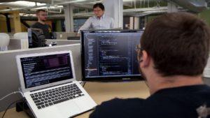 .. تم وضع العديد من التعريفات للهندسة البرمجيات بواسطة كبار المتخصصين في مجال التكنولوجيا المعلوماتيّة ومن أهم هذه التعريفات هو أن هندسة البرمجيات عبارة عن مهنة تهتم في المقدمة بتطوير وإنشاء برمجيّات عالية الجودة مع مراعاة كل ما يحتاجة المستخدم .. تهتم هندسة البرمجيات في المقدمة بعملية تحليل البرمجيّات وتصاميمها و التوصل إلى كيفية بنائها
