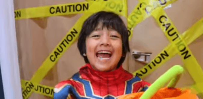 Photo of طفل يكسب 22 مليون دولار عبر يوتيوب