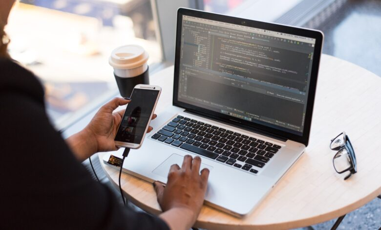 دورات مجانية في البرمجة تساعدك في العمل على الإنترنت